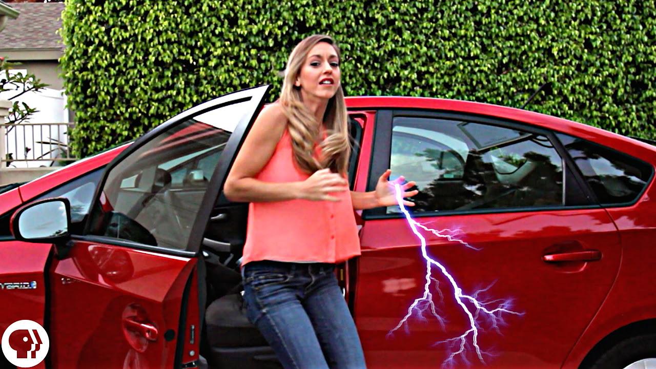 Arabadan-inerken-çarpan-elektrik